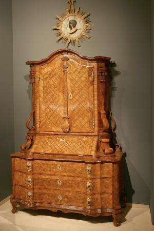 1724 MUSEALER SCHREIBSCHRANK SOGENANNTES CANTOURGEN
